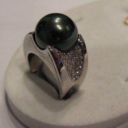 Кольцо с черной жемчуженой